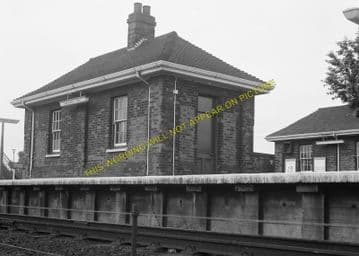 Brookmans Park Railway Station Photo. Potters Bar - Hatfield. Barnet Line. (13)