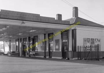 Tattenham Corner Railway Station Photo. Tadworth, Chipstead and Purley Line (28)