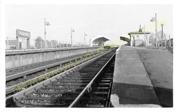 Tolworth Railway Station Photo. Malden Manor - Chessington. (2)